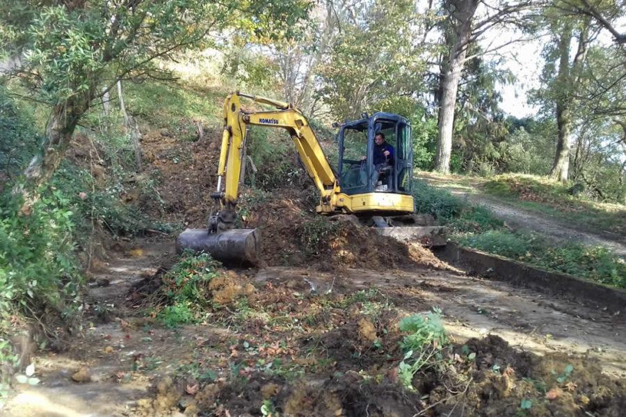 Arreglo de caminos con excavadora en Zarautz
