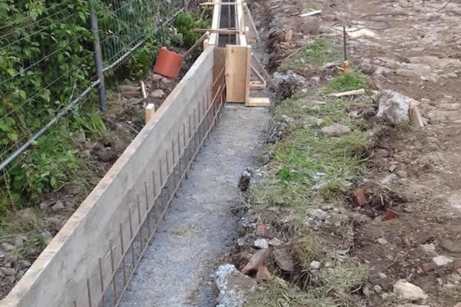 Construcción de muro con retroexcavadora