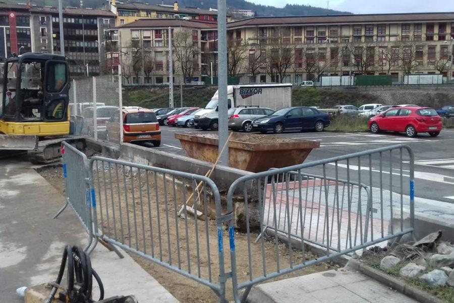 Rampa de acceso. Demolición de muro y acera