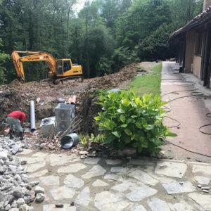 Reacondicionamiento con retro excavadora de terreno y tuberias tras desprendimiento de tierra en Gipuzkoa