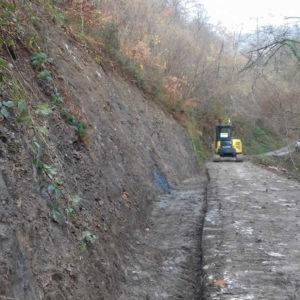Limpieza y ensanchamiento de pistas con excavadora tras desprendimiento de tierra