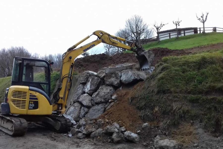 Construcción de escollera en Gipuzkoa con retro excavadora