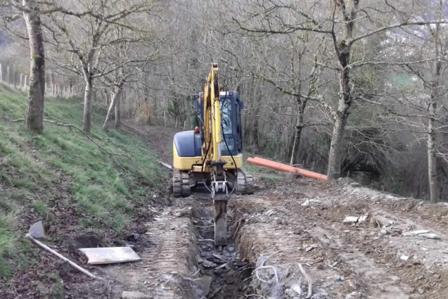 Excavación de zanjas para canalización de tuberías fecales