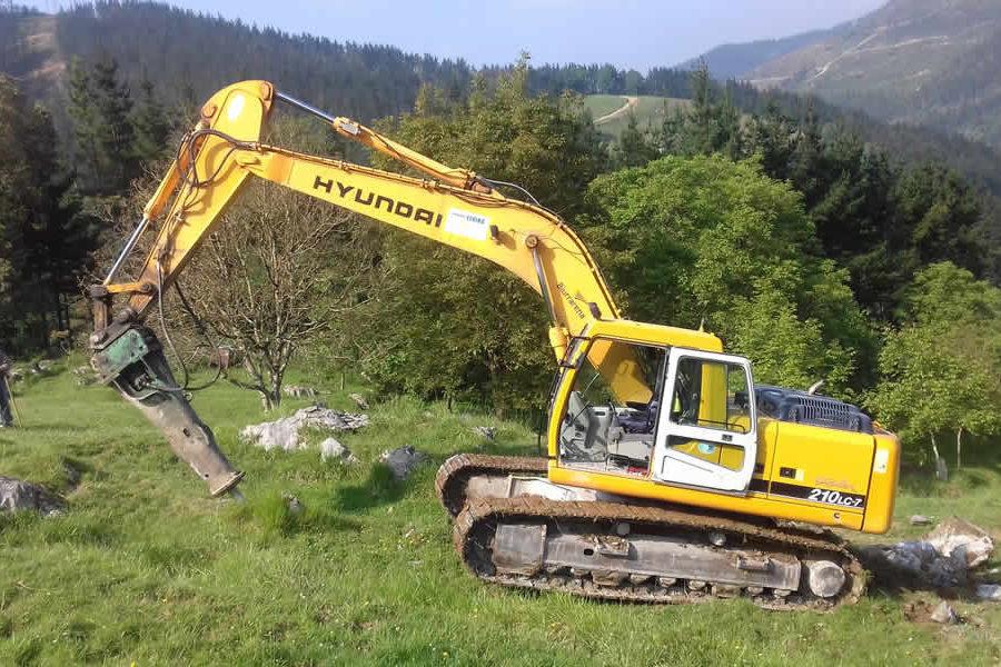 Restitución de pradera con excavadora en Mendaro