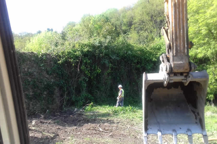 Derribo de muro con excavadora en Donostia