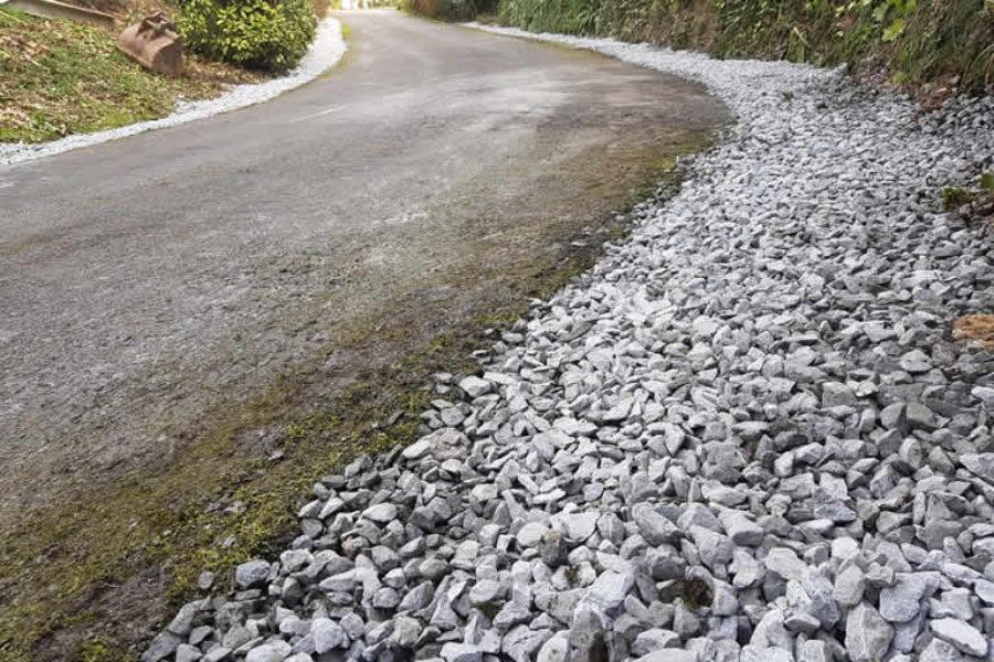 Drenaje en carretera de Irun con camión y excavadora