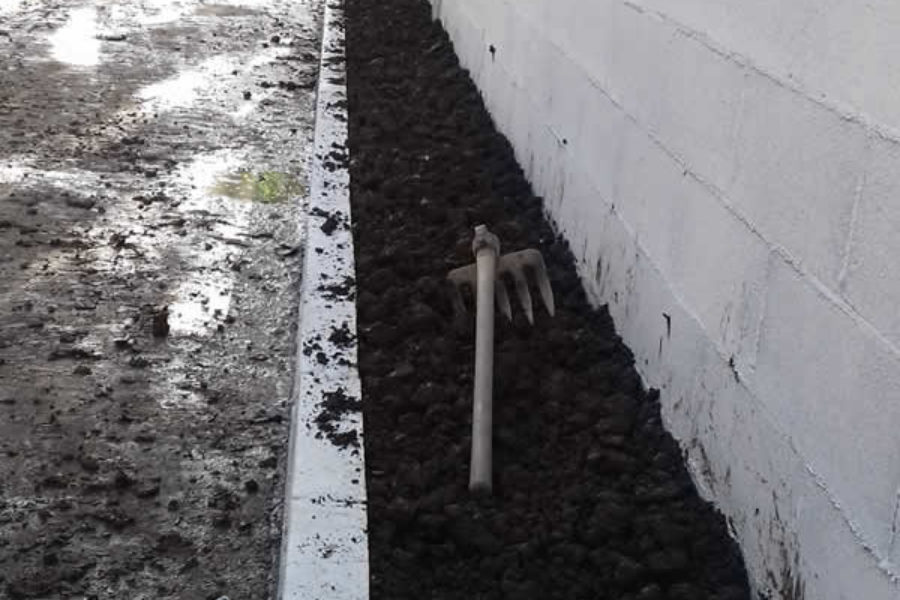 Jardineras en Donostia con miniexcavadora