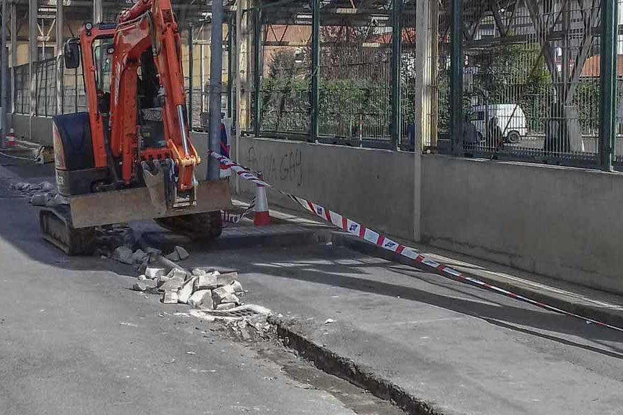 Arreglo de cuneta en Martutene con excavadora