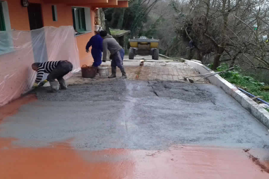 Trabajos de reforma con miniexcavadora en Pasaia