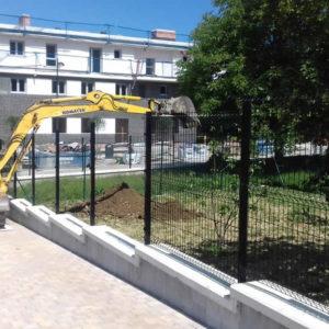 Relleno de tierra vegetal para jardin con retro excavadora en vivienda en Gipuzkoa
