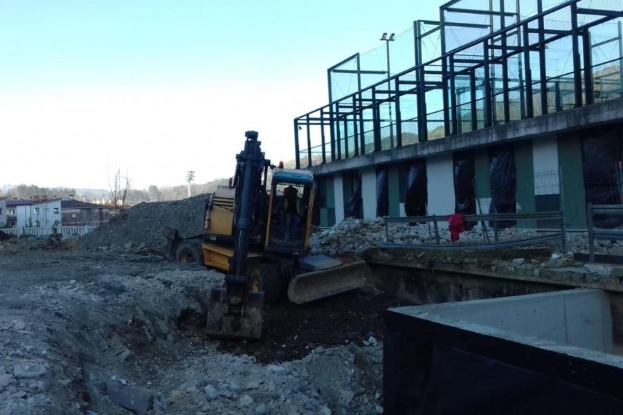 Relleno de tierra con excavadora en gipuzkoa